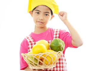 果物を持っている女の子