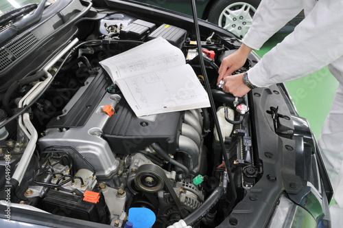 自動車エンジンの整備