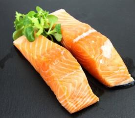 deux pavés de saumon sur plateau d'ardoise
