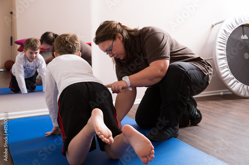 canvas print picture Physiotherapeutin trainiert mit Kind