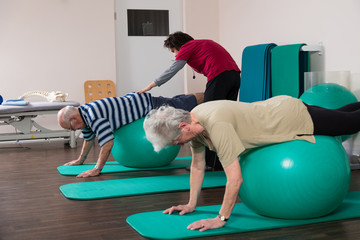 Physiotherapeutin übt mit Senioren