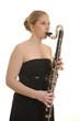 Hübsche blonde Frau spielt Bassklarinette