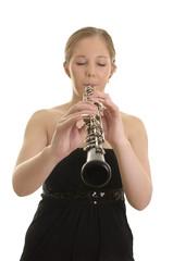Hübsche blonde Frau spielt Oboe