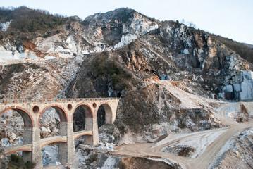 montagna con cave e antico ponte di collegamento