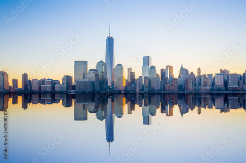 Foto Spatwand New York Manhattan Skyline with the One World Trade Center building at tw
