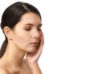 Frau meditiert mit geschlossenen Augen