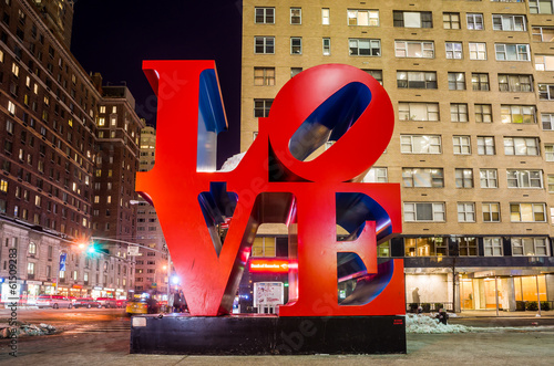Tuinposter Standbeeld Love sculpture at night in New York