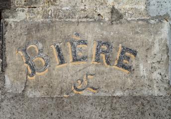 Schriftzug Bier auf alter Mauer