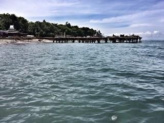 Вид с моря на песчаный берег острова Ломбок, Индонезия