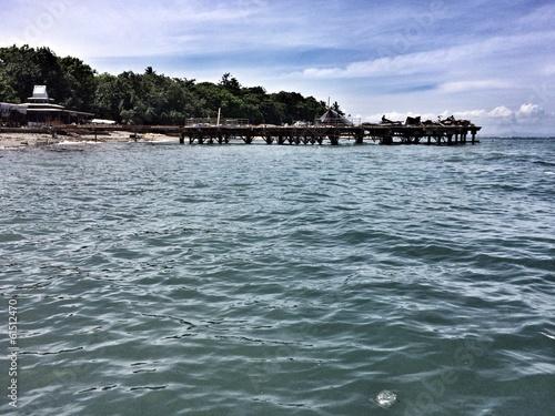 Постер, плакат: Вид с моря на песчаный берег острова Ломбок Индонезия, холст на подрамнике