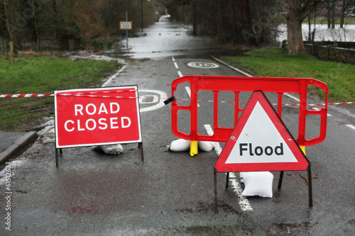 In de dag Onweer Road closed and flood sign