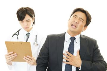 心臓病の患者を診察する医師