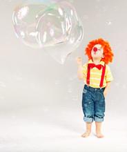 Zabawne zdjęcie małego klauna co bańki mydlane