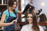 Fryzjerka ze szczotką i suszarką do włosów