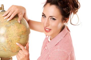 hübsche Frau mit Weltkugel