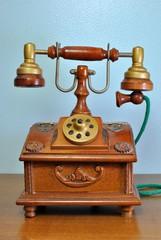 Riproduzione in legno di un antico telefono