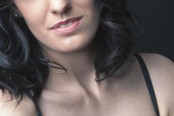 Détails visage jeune femme brune