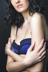 Détail buste jeune femme lingerie bleue