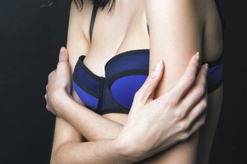 Détail poitrine jeune femme lingerie