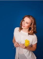 Красивая девушка c хризантемой
