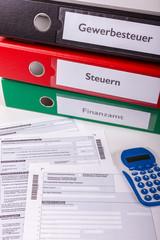 Steuer Ordner mit Vordrucken im Büro