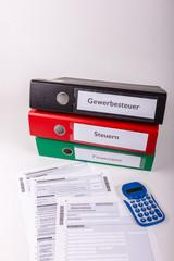 Gewerbesteuer, Finanzamt, Ordner mit Ablage und Vordruck