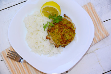 Hamburger with rice and lemon