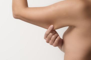 Frau testet den schlaffen Muskel ihres Arms