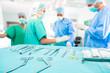 Chirurgen operieren in OP-Saal an Patienten
