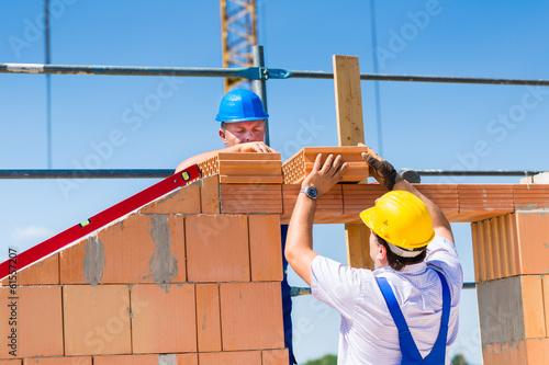 Maurer mauern Wand auf einer Baustelle