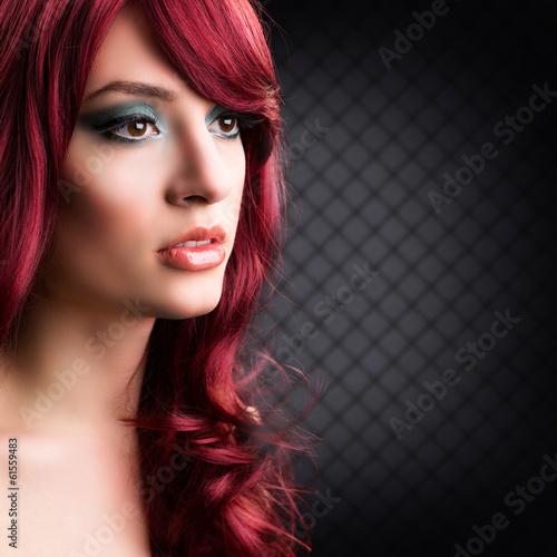 attraktive junge rothaarige Frau