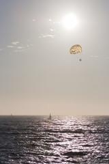 Parachuting im Sonneuntergang