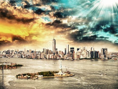New York skyline z Statua Wolności z helikoptera