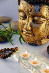 Kerzen mit Buddha-Figur