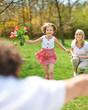 Kind im Garten läuft zum Vater