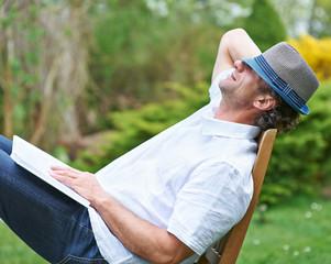 Mann schläft im Garten im Sommer