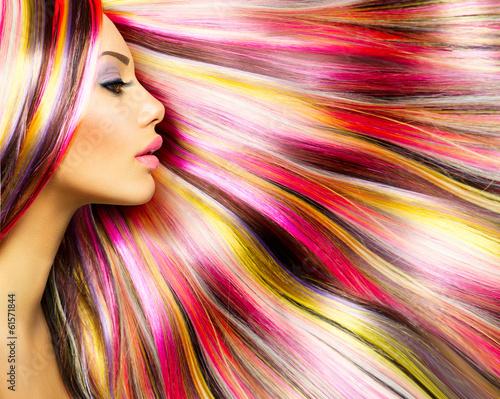 uroda-moda-model-dziewczyna-z-kolorowymi-wlosy-farbowane