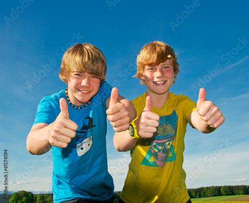 Zwei Kinder mit Daumen hoch