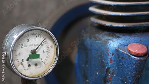 pressure gauge with compressor working.