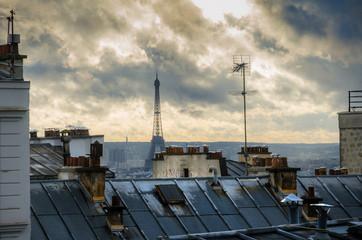 Paris. France. Toits de Montmartre. Vue sur Tour Eiffel.
