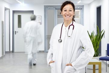 Arztin und Arzt Flur Krankenstation