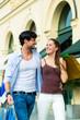 Paar beim Shoppen in Innenstadt oder Zentrum