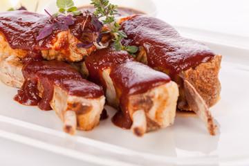 Gegrillte Schweinerippchen Spareribs mit Barbecuesoße marinade