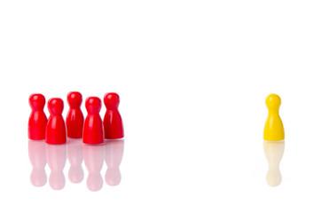 Spielfiguren schließen eine Figur aus