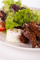 Frischer Salat mit Ziegenfrischkäse und gebratenen Rindfleischs