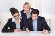 Besprechung oder Kommunikation unter Kollegen im Büro