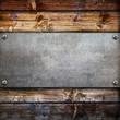 fondo legno con piastra metallica avvitata