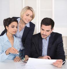 Gespräch: Team von Geschäftsleuten im Meeting