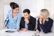 Drei Business Leute in einer Besprechung im Büro