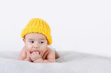 Baby mit gelber Mütze